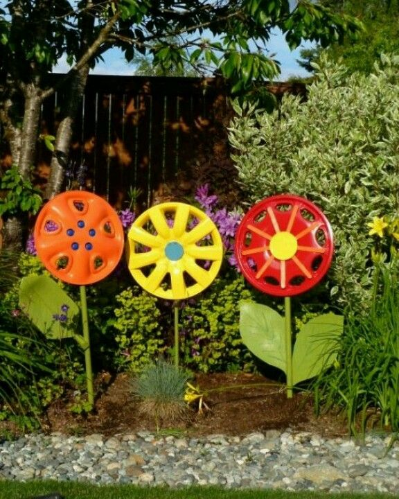 hubcaps! crazy cool fun flowers out of road kill! #diy garden decor WEYEXMT