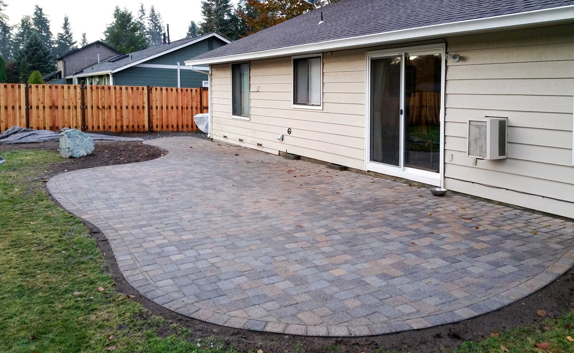 jamestown blend paver patio with good neighbor fence, DIDBHHO
