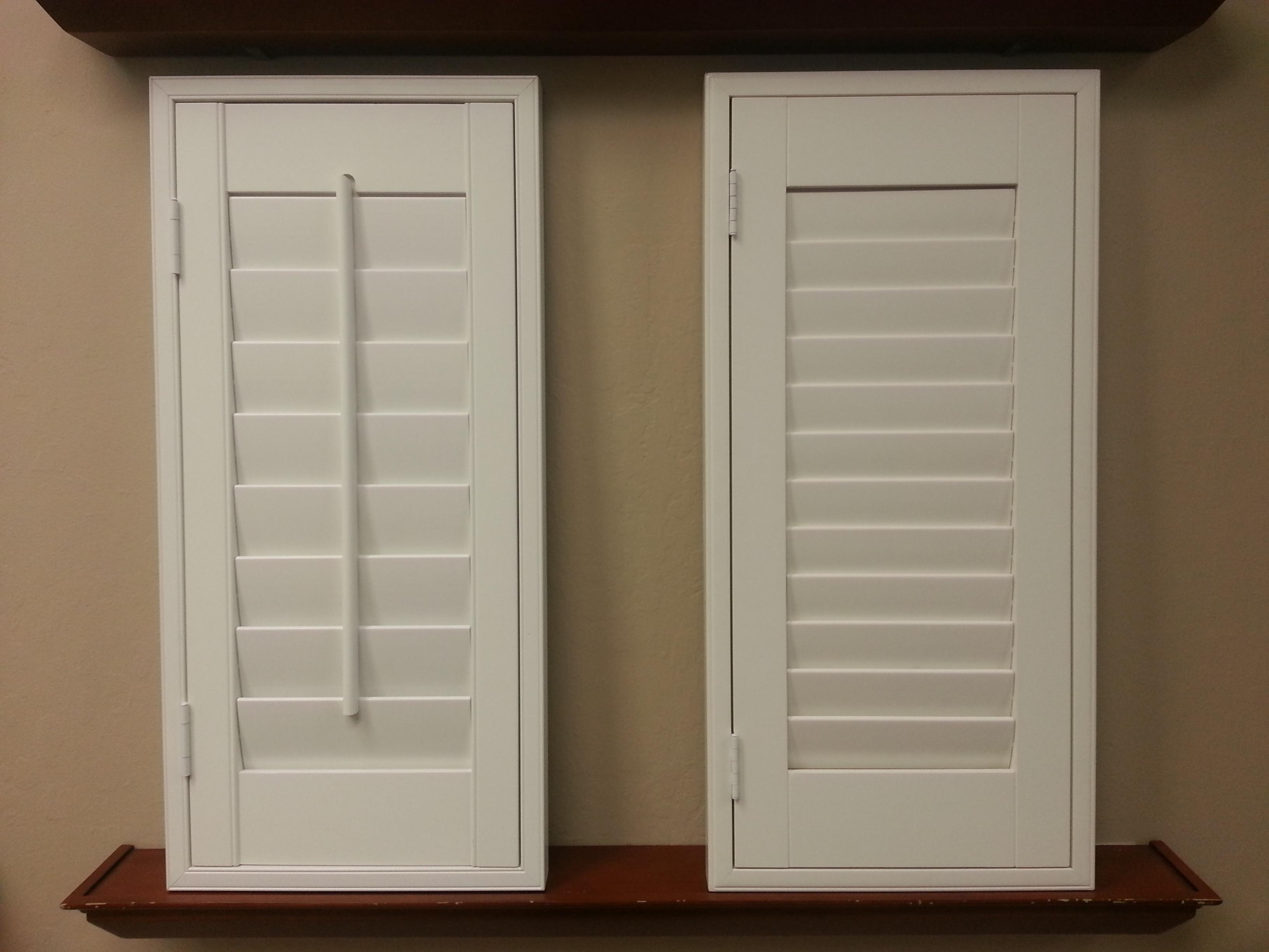 window shutters plantation shutter standard tilt bar next to a clearview hidden tilt ODTMHHW