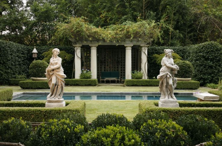 point in displaying garden statues - symmetry KBLQOCS