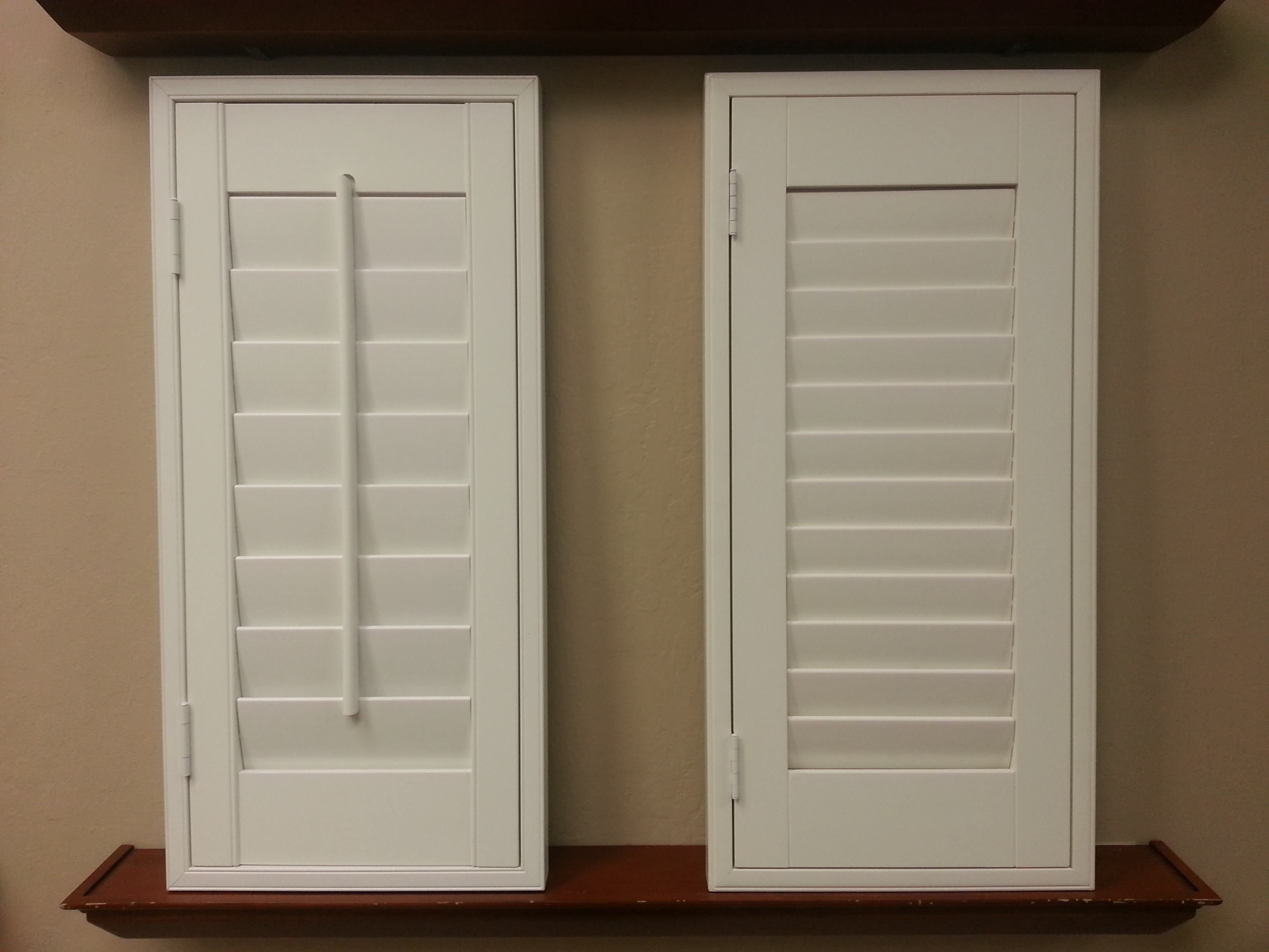 window shutters plantation shutter standard tilt bar next to a clearview hidden tilt ODTMHHW